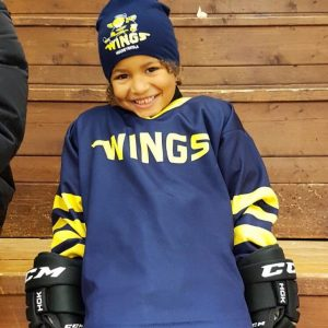 Hockeyskolan stöttar A-laget från läktaren när Wings möter Huddinge 22/10-2017